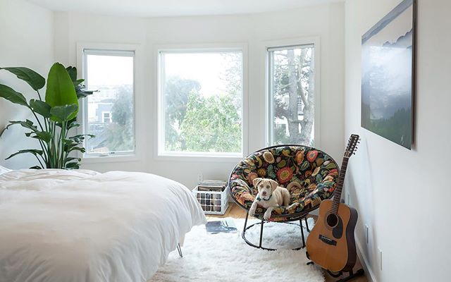 White Oak floors, white walls and lots of natural light are a few of our favorite things. This bedroom, in one of our recently completed San Francisco projects has all the right elements!