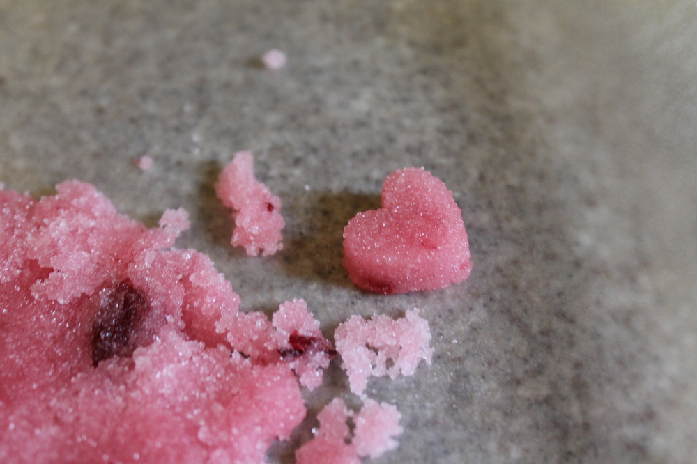 DIY: Heart Shaped Cranberry Sugar Cubes | via Maritza Garcia.