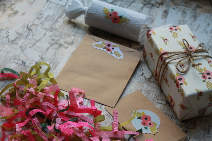Cute Flower Badge Gift Wrap Set