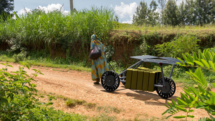 p-1-this-solar-powered-cart-can-deliver-water-and-charge-phones-in-africa.jpg