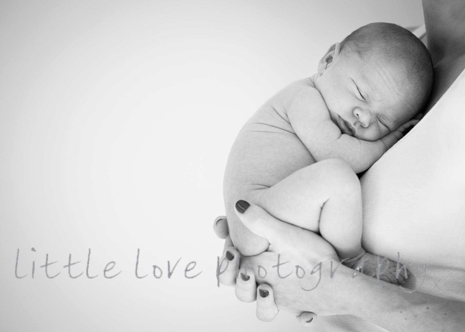 beautiful-image-of-baby-curled-up-sleepy-newborn-photography-sydney