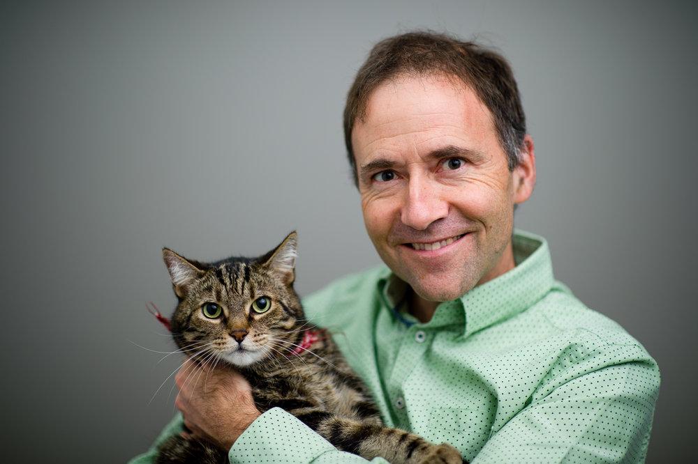 Dr Sylvain Parent   Gradué en 1987, Dr Parent compte près de 30 ans d'expérience en pratique des animaux de compagnie. Après avoir travaillé quelques années dans la région de Montréal, il ouvre sa clinique en 1994 sur la rue Joly, à Rivière-Du-Loup. Il y travaillera jusqu'en 2015, moment où il joindra l'équipe de l''Hôpital vétérinaire de Rivière-Du-Loup. Ses habiletés multidisciplinaires sont un atout précieux , tout particulièrement ses connaissances en chirurgie générale et orthopédique. Le charmant Muscat est l'un des 3 heureux félins ayant élus domicile chez lui.
