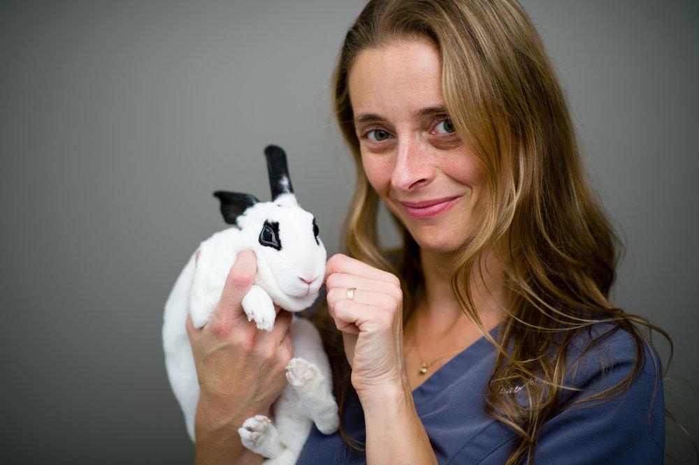 Isabelle Niquette   Diplômée du Cégep de Sherbrooke, elle a commencé sa carrière sur la Rive-Sud de Montréal. De 1996 à 2015, elle a travaillé avec Dr Parent et a intégré notre équipe lors de la fusion. Isabelle est donc des plus expérimentées. Sa nature calme et empathique la rendent apte à gérer tout type d'animal, du plus inquiet au plus douillet. Ses grandes habiletés manuelles sont un atout de taille en dentisterie et en chirurgie. On la voit en compagnie de Tite-Patte, la lapine de la famille.