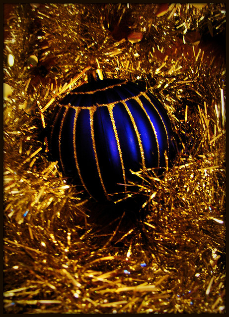 Holiday+blue+ornament+via+Etolane+on++Flickr.jpg