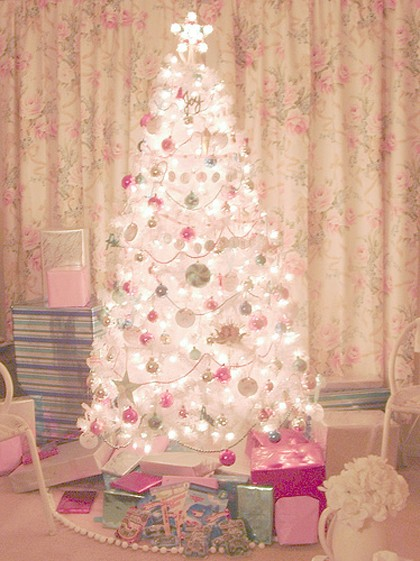 7+CHRISTMAS+TREE+Whte+Trash+Beautiful+via+My+Paradissi.jpg