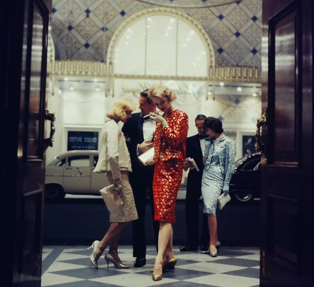 post+3+DRESS+ladies+in+red+Gordon_Parks_for_LIFE_1950s.via+My+Vintage+Vogue+-+Cropped.jpg