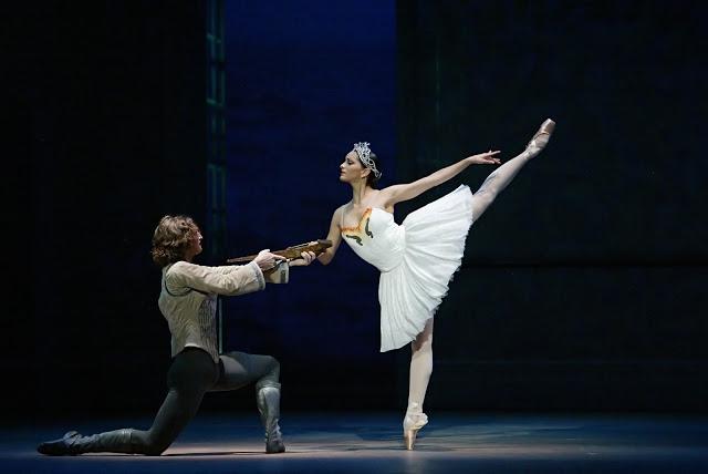 Pennsylvania Ballet principal dancers Zachary Hench and Riolama Lorenzo in Christopher Wheeldon's wan Lake. (photo: Paul Kolnik)