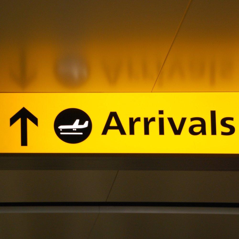 arrivals-sign_Gkkd81RO.jpg