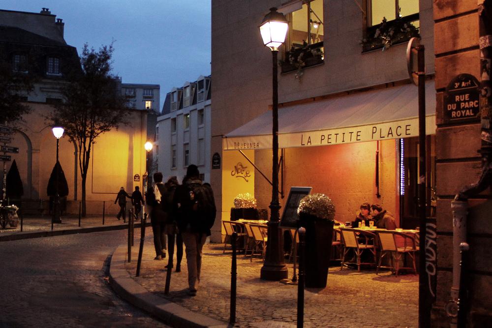 Paris_la_petite_place.jpg