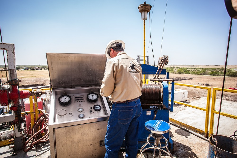 16690953-oil-worker-at-drilling-rig.jpg