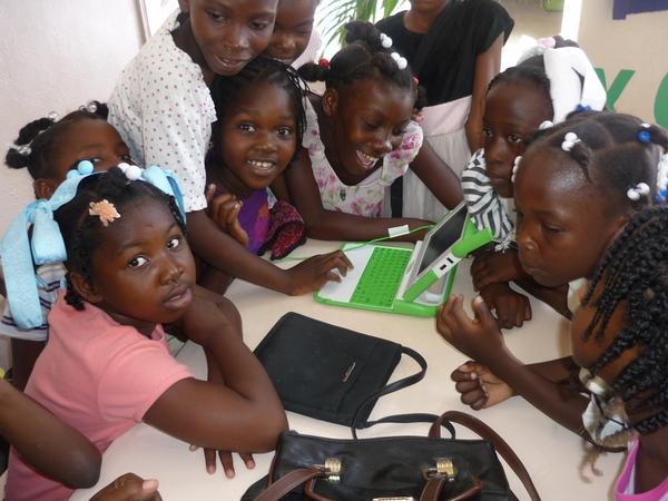 Niñas utilizando una computadora del proyecto One Laptop Per Child en una escuela pública de Haití en junio de 2006. La foto fue tomada por Erik y aparece en la wiki laptop.org y en Wikipedia. Tiene la siguiente licencia Creative Commons: http://creativecommons.org/licenses/by/2.0