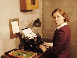 Foto de Alexandra Maria Lara, interpretando a la secretaria particular de Hitler en la cinta La Caída deOliver Hirschbiegel
