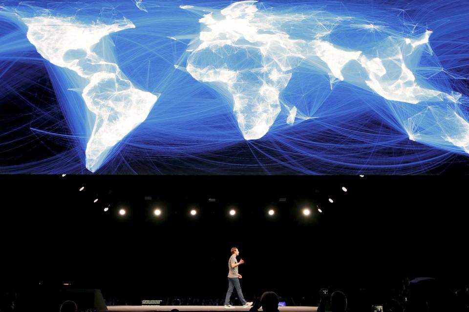Mark Zukerberg hablando sobre su mapa de usuarios de Facebook en el congreso de telefonía móvil de Barcelona en 2016. Foto de The Atlantic.