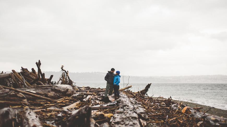 003 couple posing on driftwood beach