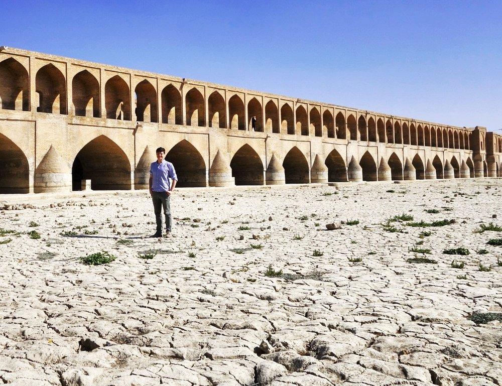 Den inntørka elvebotnen til «Livselva» i Isfahan i september 2016. Brua i bakgrunnen er den 300 meter lange «Treogtredve bruspenn-brua», Allāhverdi Khan eller Si-o-seh pol som den òg heiter. Brua er bygd 1599–1602 under safavide-sjahen Abbas den store, som flytta hovudstaden til Isfahan i 1598.