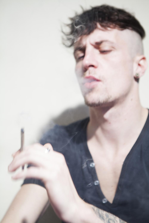 «J'ÉTAIS SUR LE LIT, JE LISAIS ET JE FUMAIS.EN FACE DE MOI, TOUJOURS CETTE VUE SUR LE VENTRE DE MARSEILLE.»