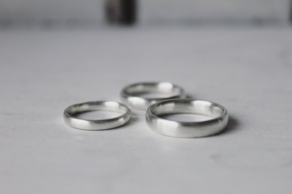 court-oval-wedding-rings.JPG
