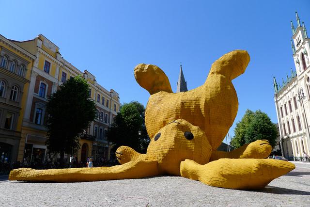florentijn-hofman-big-yellow-bunny-sweden-4.jpg
