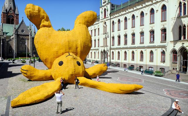 florentijn-hofman-big-yellow-bunny-sweden-3.jpg