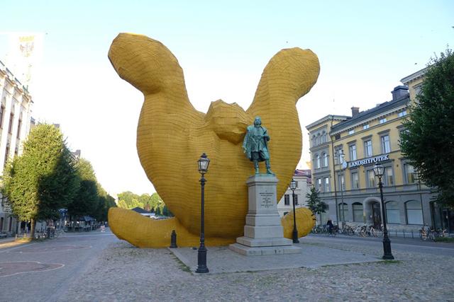 florentijn-hofman-big-yellow-bunny-sweden-1.jpg