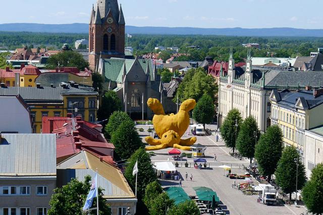 florentijn-hofman-big-yellow-bunny-sweden-2.jpg