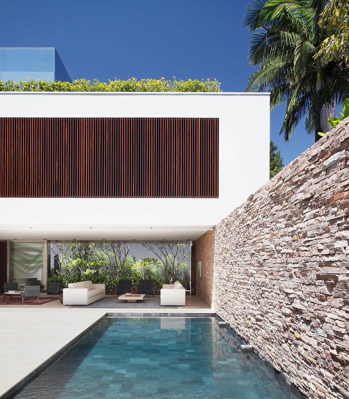 Ah house by studio guilherme torres knstrct for Patios con piedras