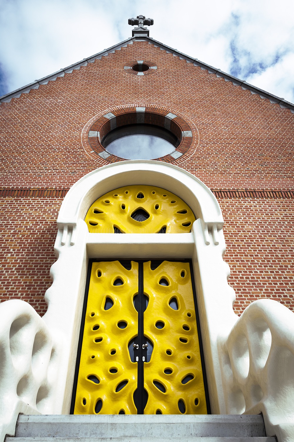 Imagrod-Nick-Ervinck-Studio-Yellow-Door-Sculpture-Church-3.jpg