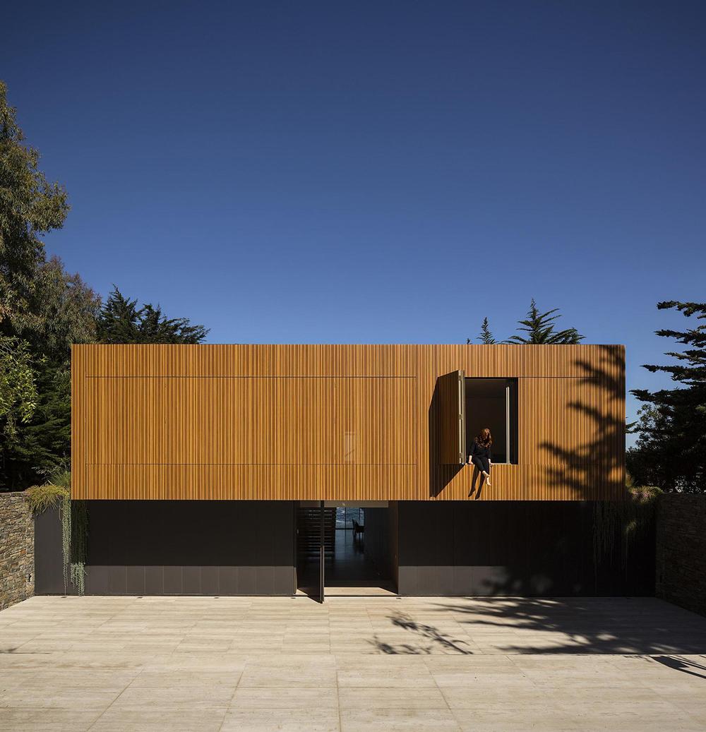 casa rocas studio mk27 builds a boxy dwelling on the chilean coastal hillside knstrct. Black Bedroom Furniture Sets. Home Design Ideas
