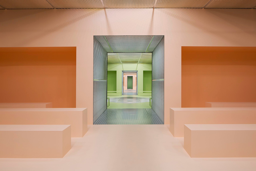 http://www.knstrct.com/interior-design-blog/2015/3/5/the-infinite-palace-amo-creates-sequential-spaces-for-pradas-fw-2015-presentation-in-milan