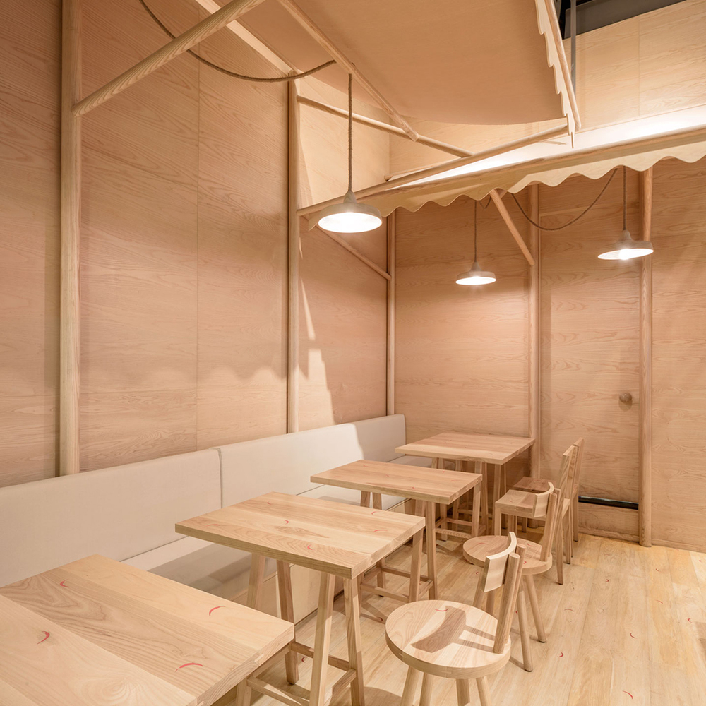 Wood chipping onion designs all wood eatery at emquartier for All about interior decoration