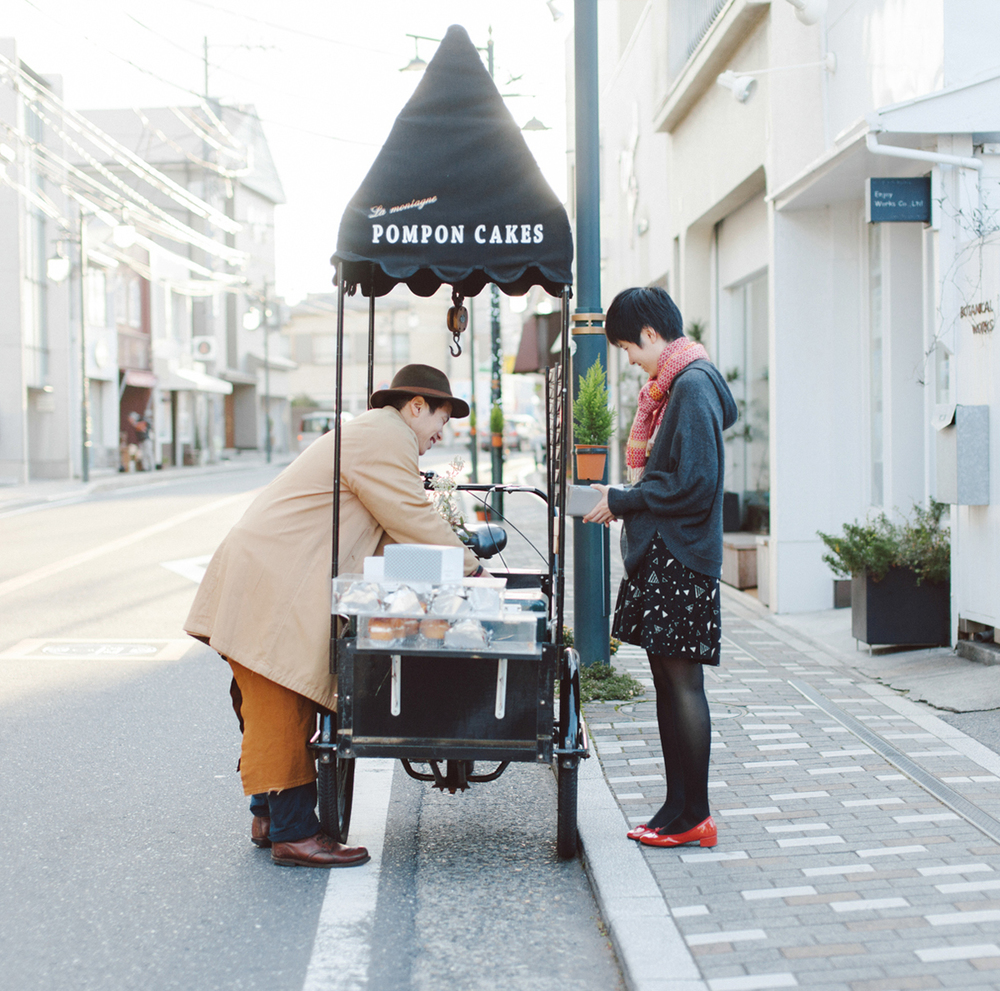 Mobile cake shop,  Pompon Cakes , scoots around Kamakura in a thin black cart with a branded canopy.