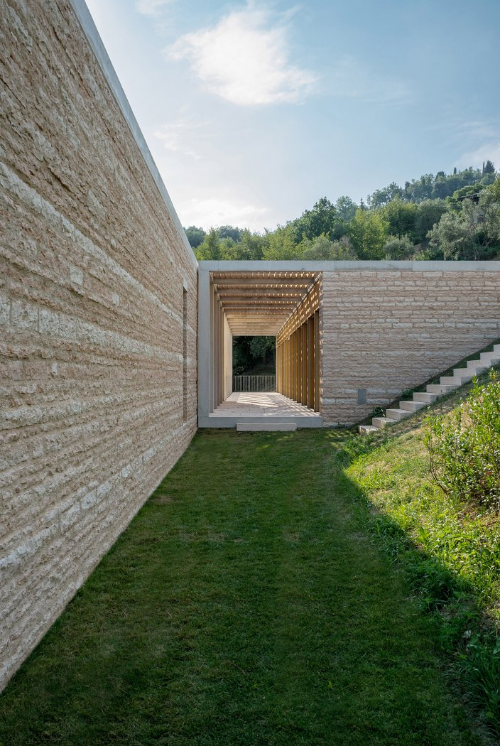 David Chipperfield erects pillared villa on the western shores of Lake Garda