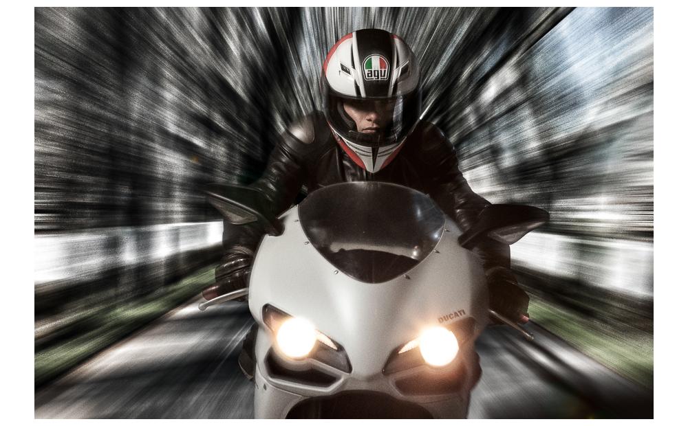 fotomontagem motociclista