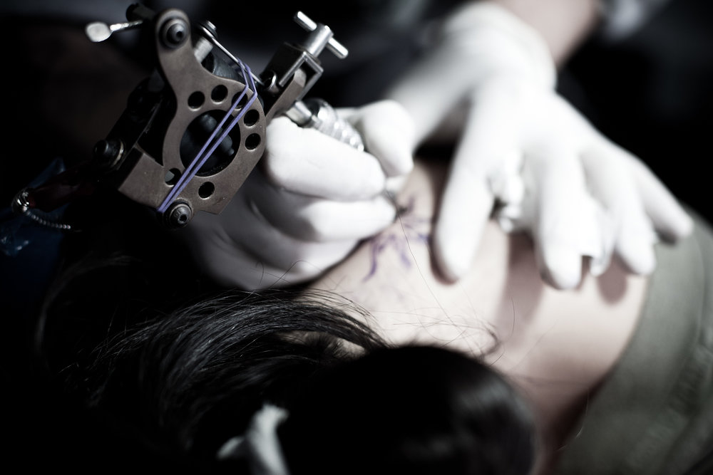 Gonçalo Barriga Lifestyle Photographer - Tattoo artist at work