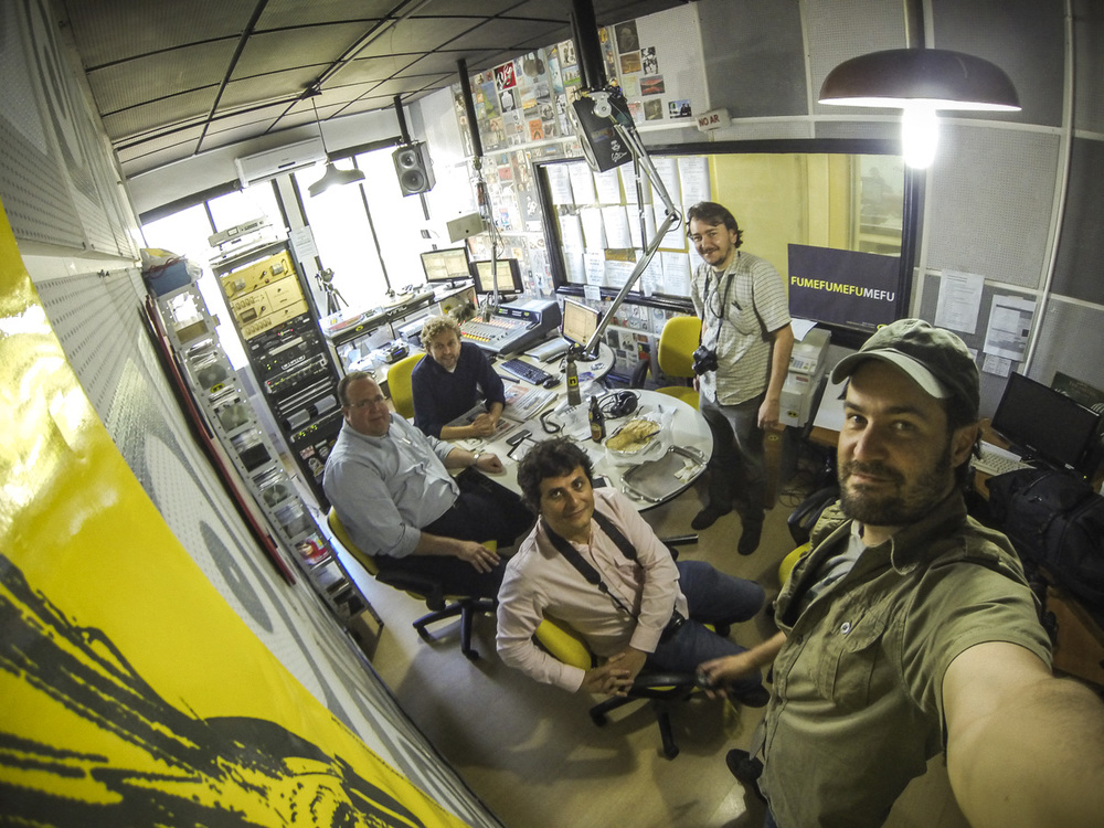 No estúdio da Ipanema FM, de Porto Alegre, Ricardo Jaeger, da BeerArt, registra a cena do programa Bier Chopp. Ao fundo, os anfitriões Jorge Gitzler e Alemão Vitor Hugo e, à frente, Altair Nobre e Fábio Schaffner.