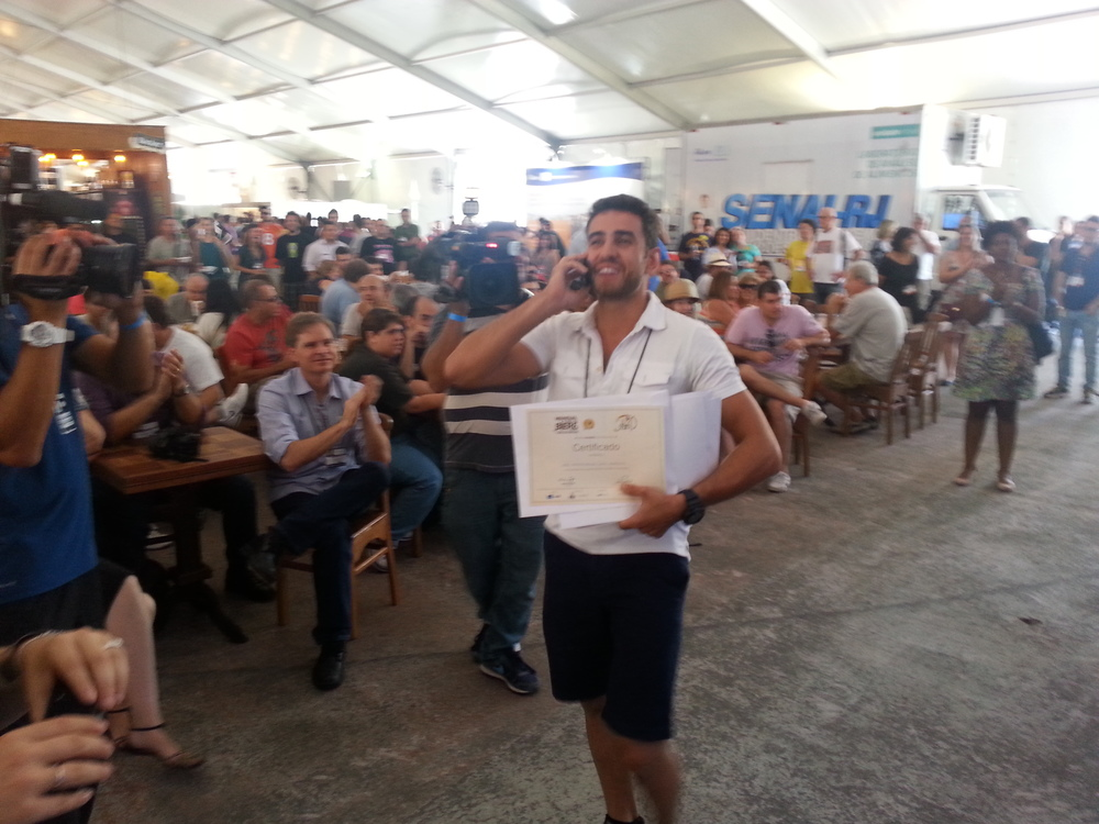 Felipe, da Wäls, recebe a medalha Platinum enquanto dá notícia para a família ao celular (Foto: Luís Celso Jr.)