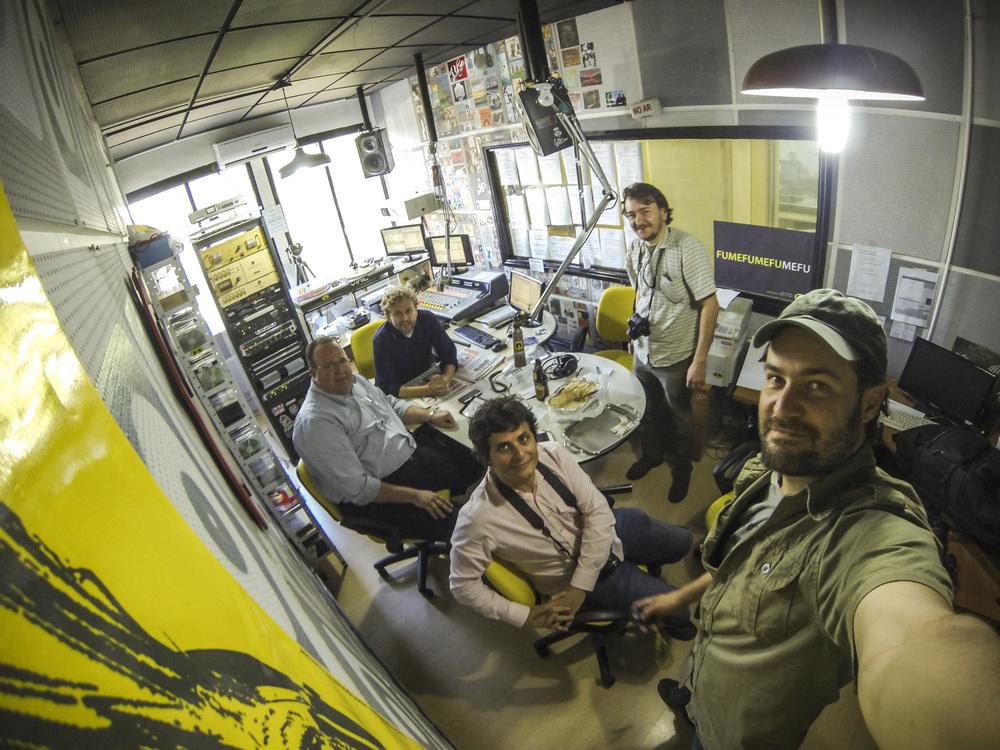 Os apresentadores Jorge Gitzler e Alemão Vitor Hugo (ao fundo) receberam no programa a equipe da BeerArt (à frente, Altair Nobre, Ricardo Jaeger e Fábio Schaffner). Foto: Ricardo Jaeger