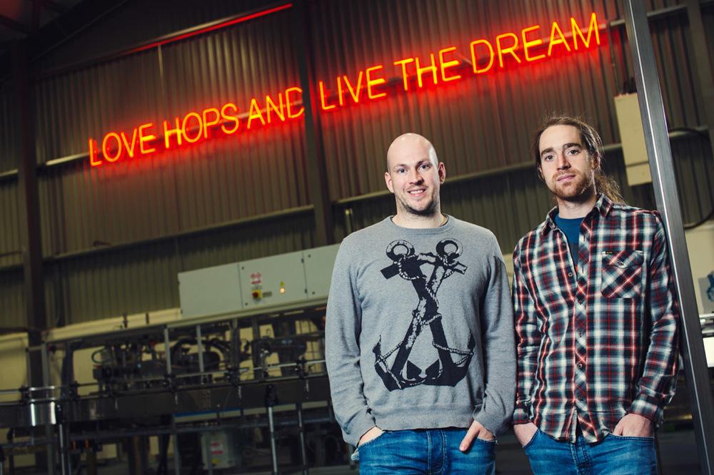 James Watt (esquerda) e  Martin Dickie lançaram a BrewDog, uma cerveja escocesa que tem no amargor e na complexidade suas principais armas (Foto: Divulgação)