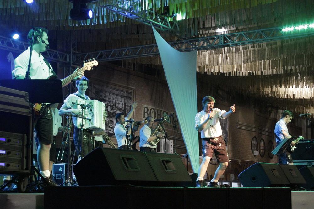 Em trajes da tradição alemã, bandas como Os Montanari animam a Sommerfest (Foto: Altair Nobre)