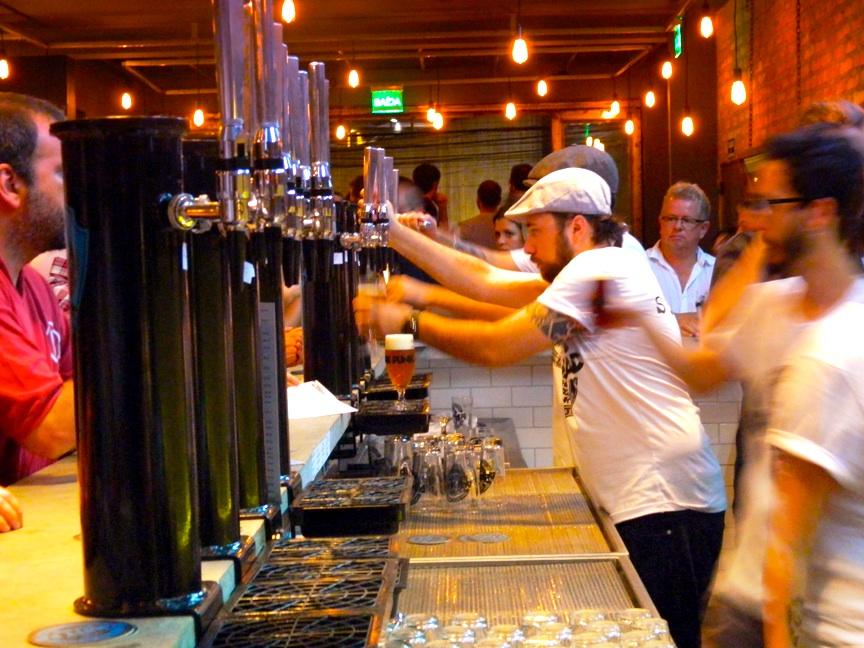 O primeiro bar da BrewDog fora da Europa, recentemente aberto na capital paulista, tem 22 torneiras de chope (Foto: Raphael Rodrigues)