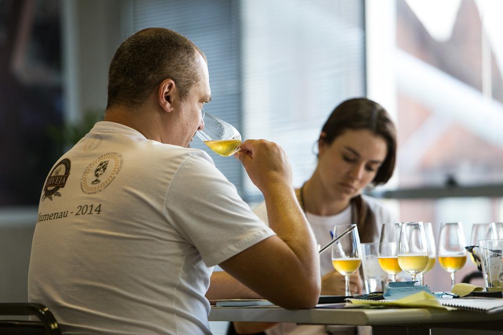 Jurados completam no fim da tarde desta terça-feira, 11, o julgamento do Concurso Brasileiro de Cerveja, na Vila Germânica, em Blumenau (Foto: Ricardo Jaeger)