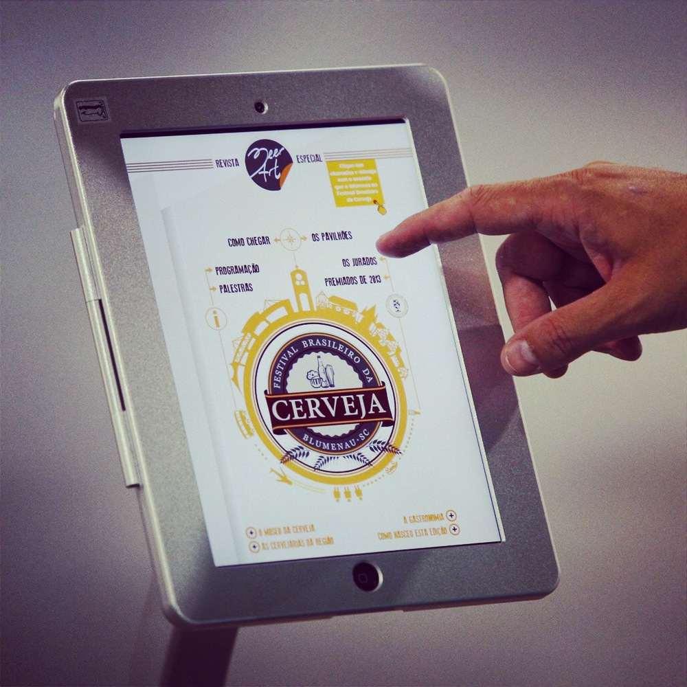 Visitantes do Festival Brasileiro da Cerveja podem interagir com a edição especial da revista BeerArt, em oito totens espalhados pelos pavilhões do evento, em Blumenau (Foto: Ricardo Jaeger)