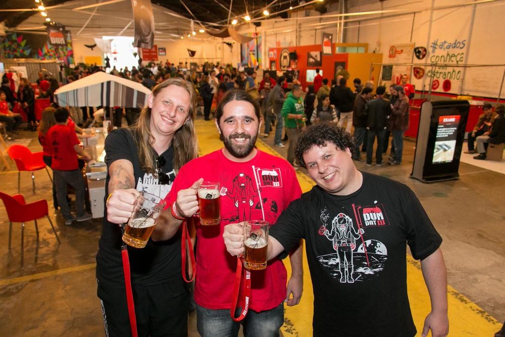 DUM Cervejaria foi criada pelo trio de cervejeiros caseiros Murilo Foltran, Julio Moutinho e Luiz Felipe Araújo (Foto: Divulgação)