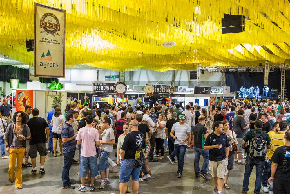 Com 106 expositores e cerca de 600 rótulos, a Vila Germânica reuniu a diversidade de tipos, aromas e sabores da produção cervejeira nacional (e algumas internacionais). Foto: Ricardo Jaeger