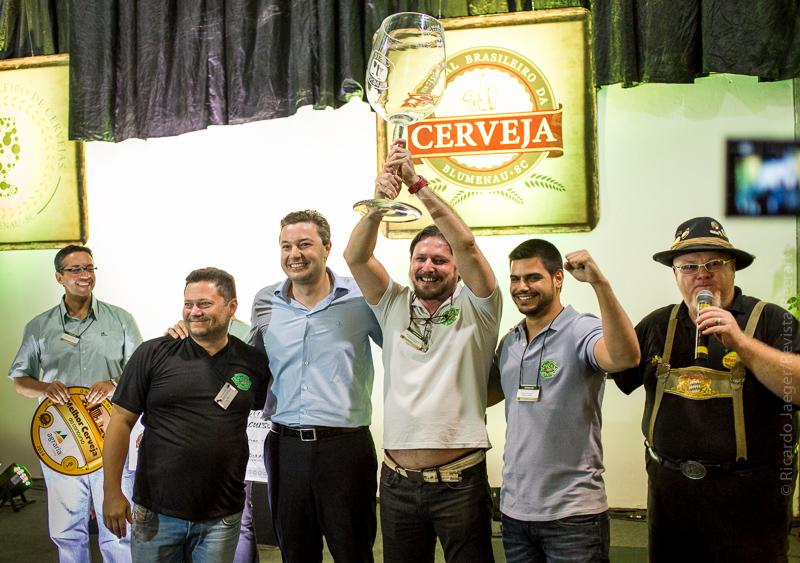 Criadora da Stout Açaí, escolhida a Cerveja do Ano, aequipe da Amazon Beer festeja a conquista (com o prefeito de Blumenau, Napoleão Bernardes, e o mestre-de-cerimônias, Sady Homrich), (Foto: Ricardo Jaeger)