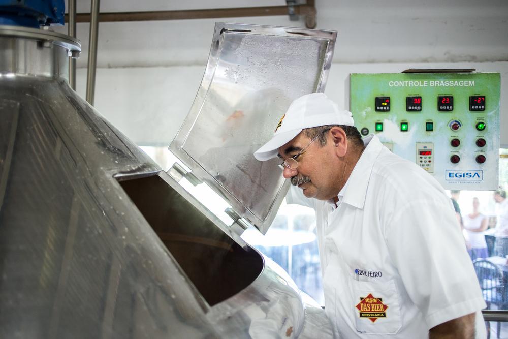 Cervejeiro da Das Bier's, Antônio Soares de Sousa observa a Roggen Kölsch, colaborativa que usa o centeio no lugar do trigo (Foto: Ricardo Jaeger)