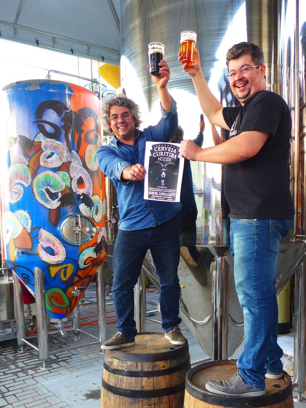 Samuel e Paulo Cavalcanti, sócios na Bodebrown, apresentam a cervejaria que irão fabricar na consta norte inglesa (Foto: Divulgação)