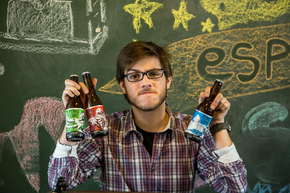 Thiago Galbeno, o jovem cervejeiro, com os três primeiros lançamentos da Perro Libre (Foto: Ricardo Jaeger/BeerArt)