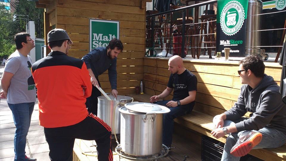 Produção da cerveja na rua movimentou a Padre Chagas no sábado (Sarah Buogo / Revista Beer Art)