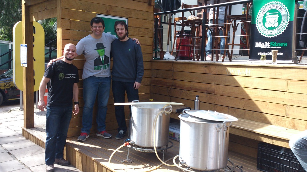 Os cervejeiros Lucas e Estevão com o prorietário da MaltStore Guilherme Tonin (Sarah Buogo / Revista Beer Art)